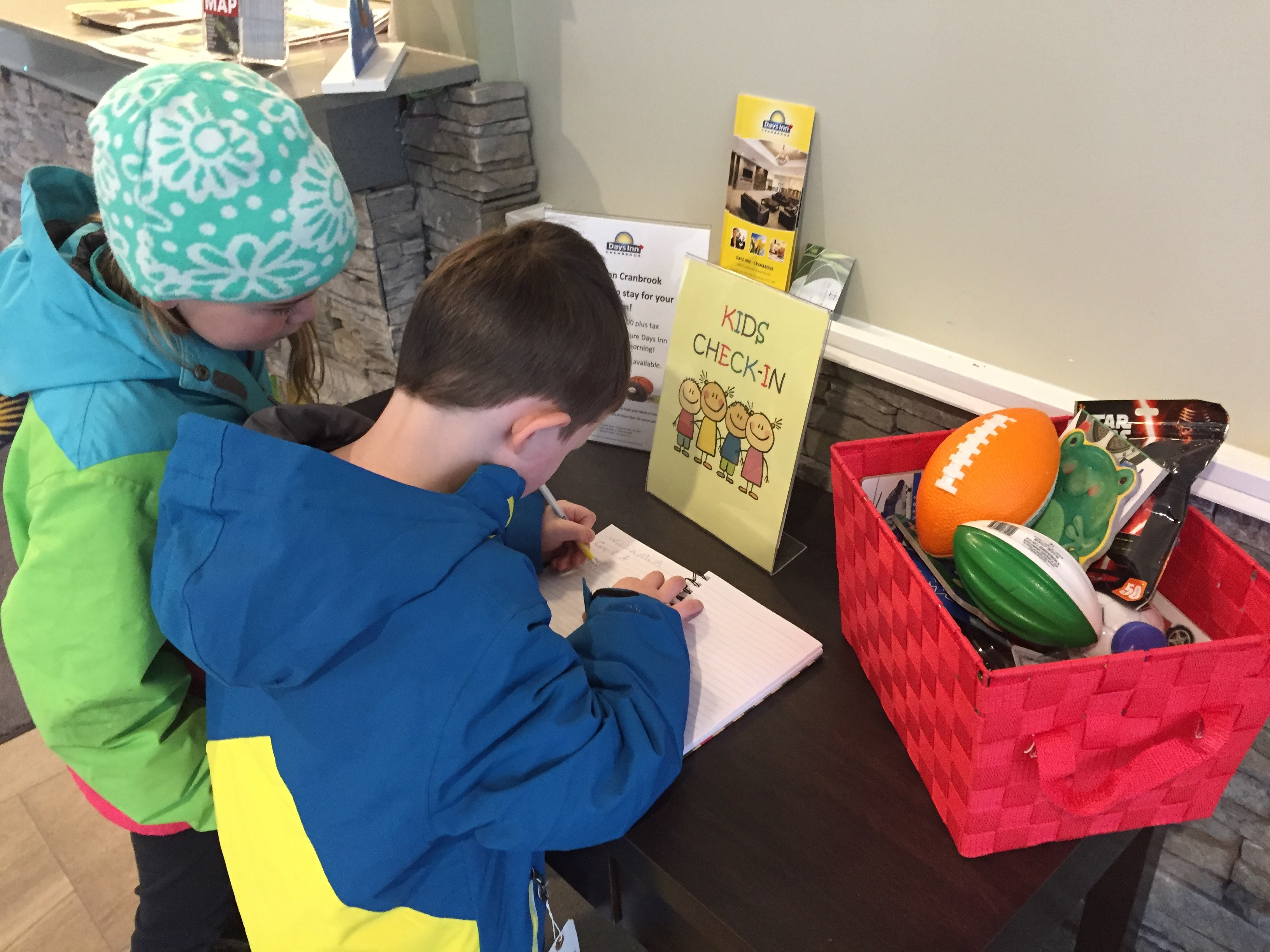 kids-checking-in-at-days-inn-in-cranbrook