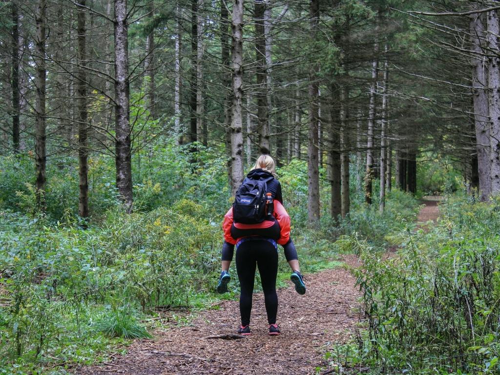 mom-carrying-girl-on-hike