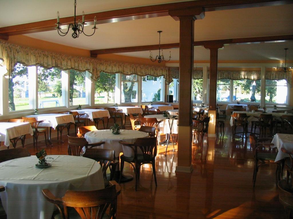 inside-restaurant-at-shaws-hotel