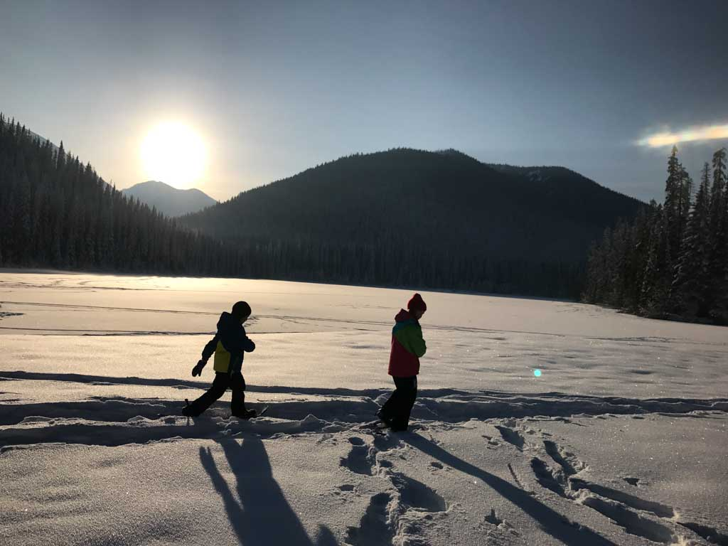 kids-snowshoeing-on-lightning-lake