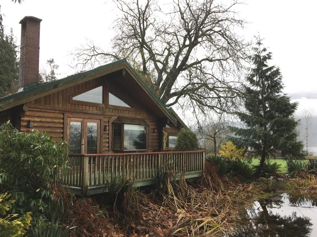 outside-of-luxury-cottage-at-rowenas-inn