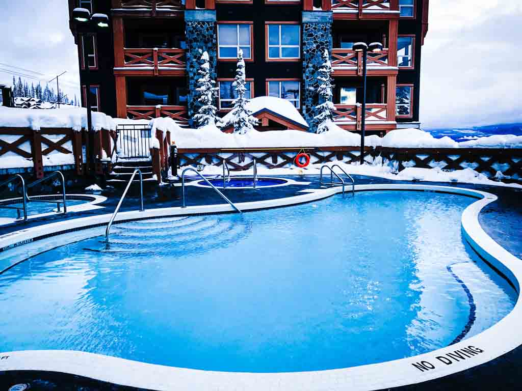 outdoor-pool-at-stonegate-big-white