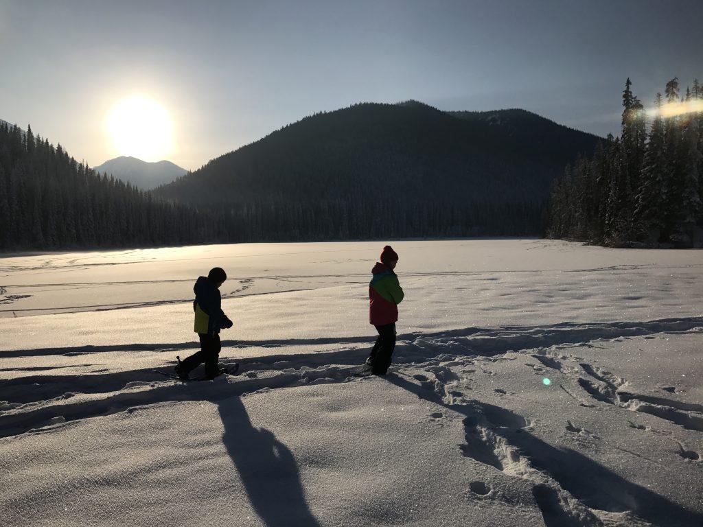 kids-snowshoeing-on-lightning-lake