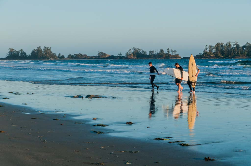 Calling it a day, surfers, Chesterman Beach, Tofino, British Columbia, Canada