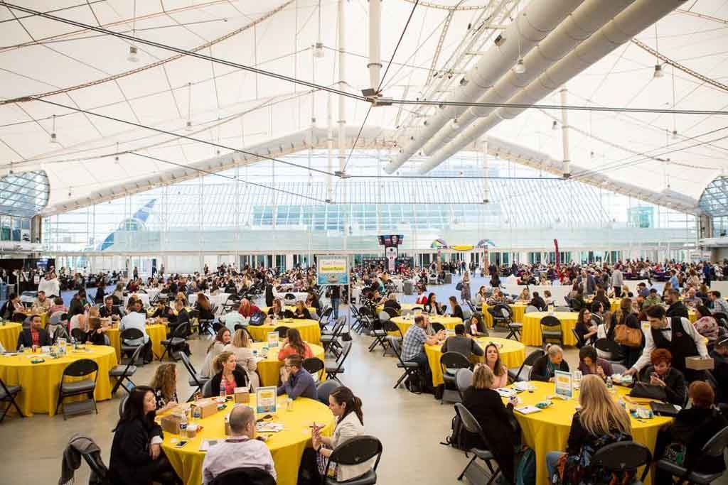 people-eating-lunch-in-networking-plaza