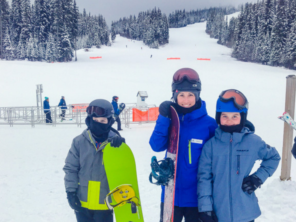 kids-at-snowboard-lessons-at-sun-peaks