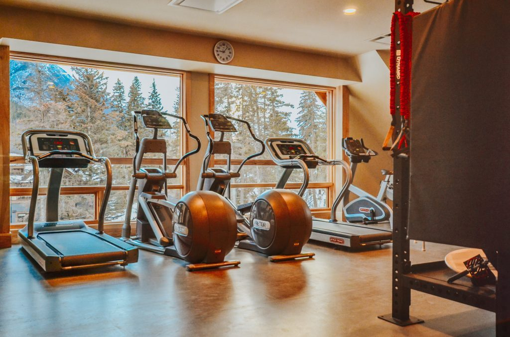 exercise-equipment-in-moose-hotel-and-suites-fitness-centre