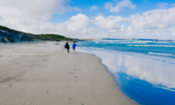 children-walking-the-beach-of-vivonne-bay