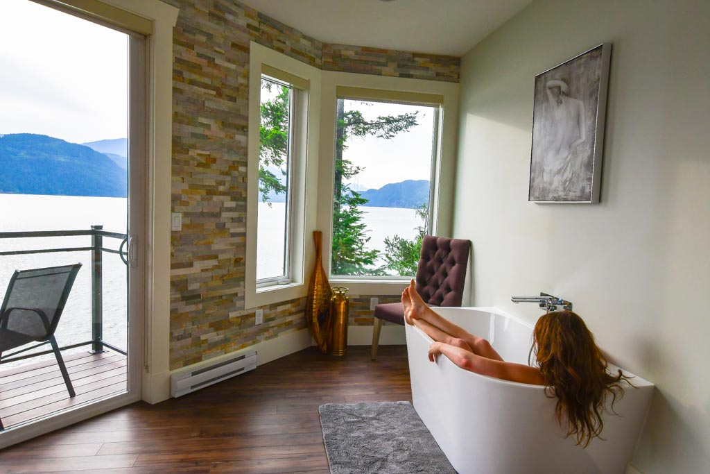Bathtub in the The Lodge At Harrison Lake