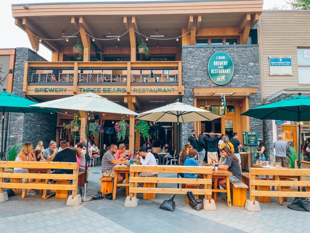 outside view of 3 bears brewing restaurant in banff
